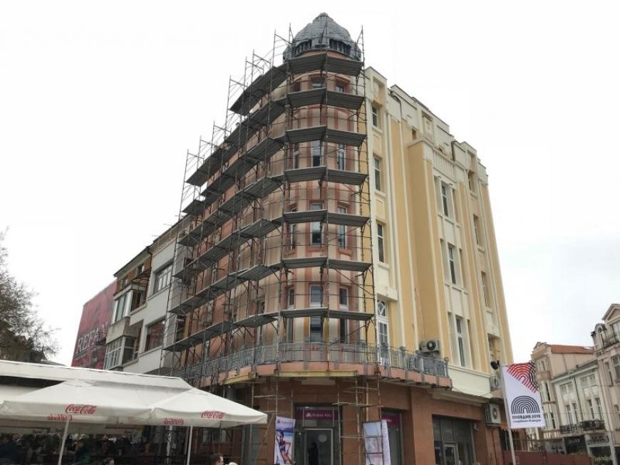 Довършват ремонта на фасадата на ар декото на Джумаята и към градинката