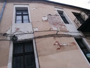"""Голямо парче мазилка падна от бившото заведение """"Таксим"""" в Стария град"""