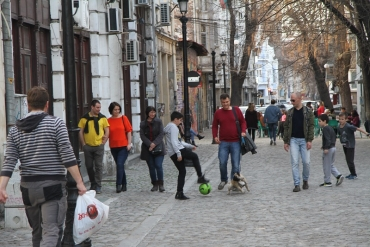 Пешеходна уличка в Капана стана футболен терен за деца