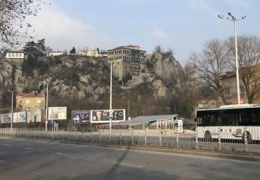 Започна ремонтът на Гръцкото училище, вдигнаха скеле от стръмната част
